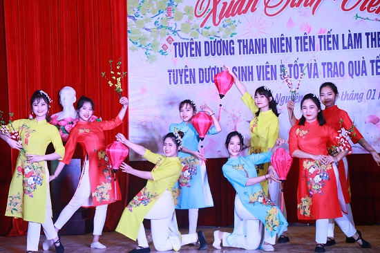 """2019 New Year Celebration of SFL Students - Commendation for  """"Outstanding Youths Awarded with Ho Chi Minh Prize"""" and """"Best Five - Merit Students""""."""